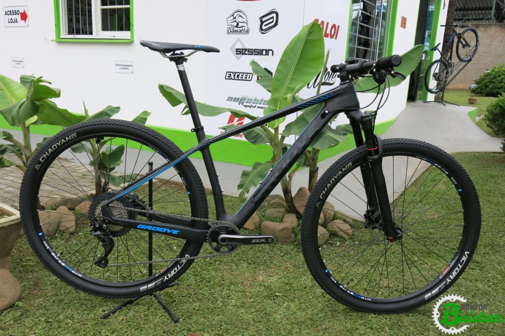 Bicicleta Groove Rhythm 70 2018: quadro em firba de carbono, transmissão 1x11 Shimano SLX/XT, suspensão Rock Shox SID com trava no guidão, eixos boost, freio à disco hidráulico, pneus e aros tubeless ready e muito mais!