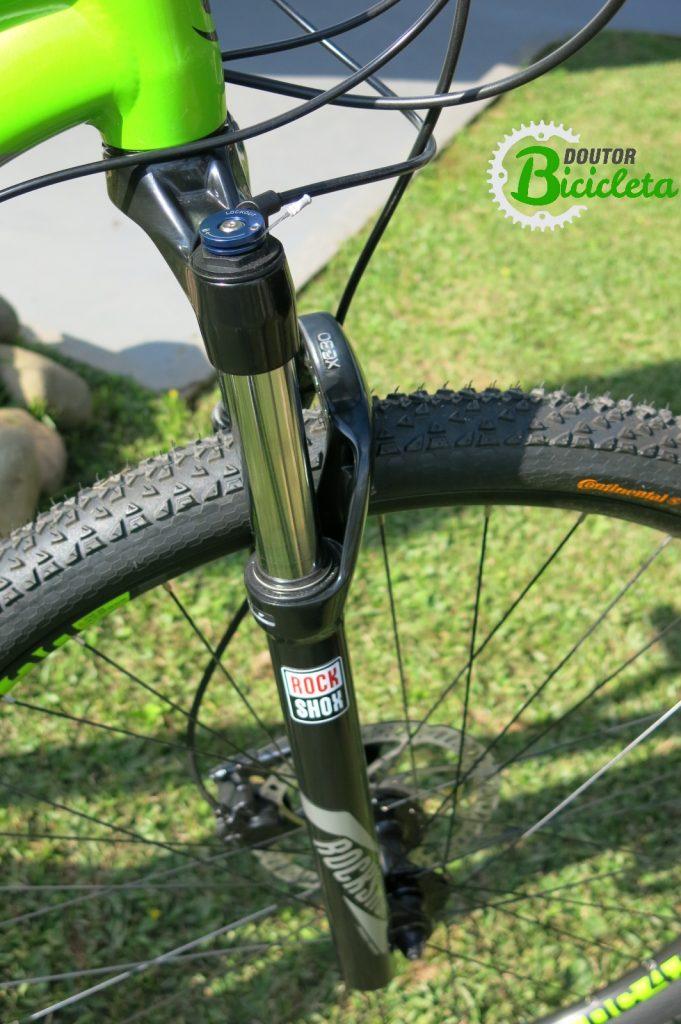 """Suspensão Rock Shox XC 30 com trava no guidão, aros de 29"""" e freio a disco hidráulico são algumas das características desta bike"""