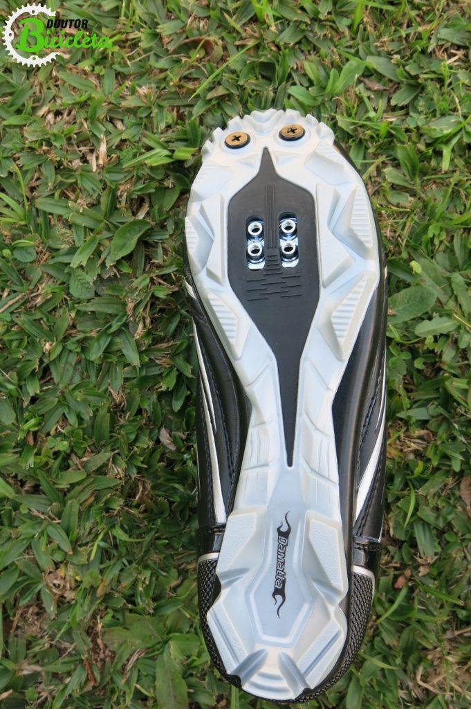 Solado rígido e leve, com garras que oferecem muita aderência, além da opção de acoplar duas garras extras na parte dianteira.