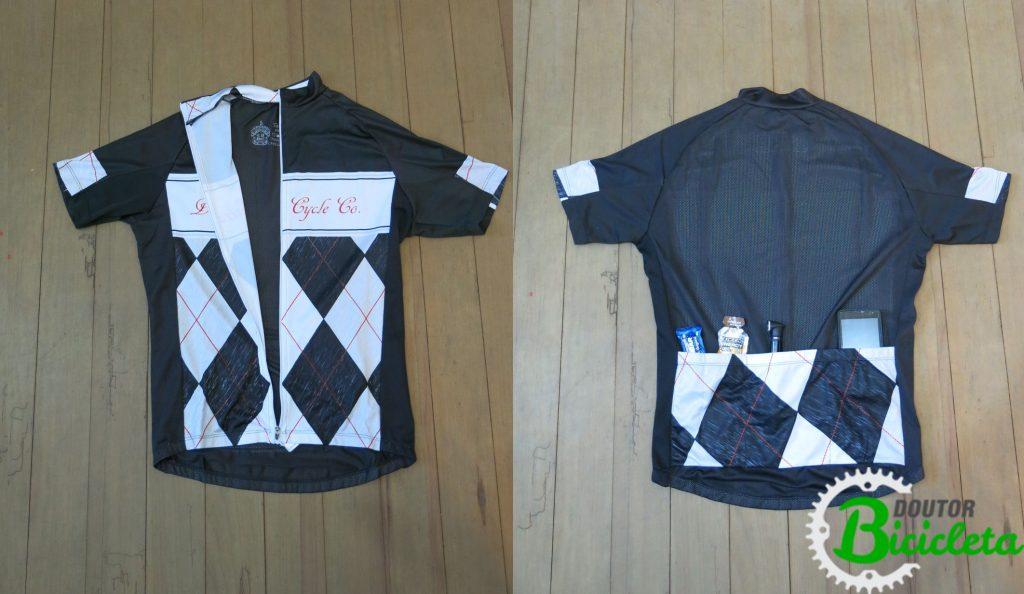 Camisa de ciclismo é fabricada combinando diferentes materiais, proporcionando ventilação adequada. Detalhe do bolso traseiro, ideal para levar pequenos objetos.