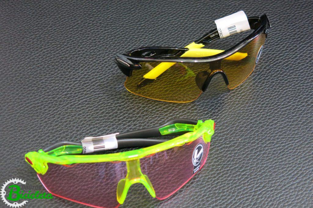 Óculos com lente vermelha e amarela.
