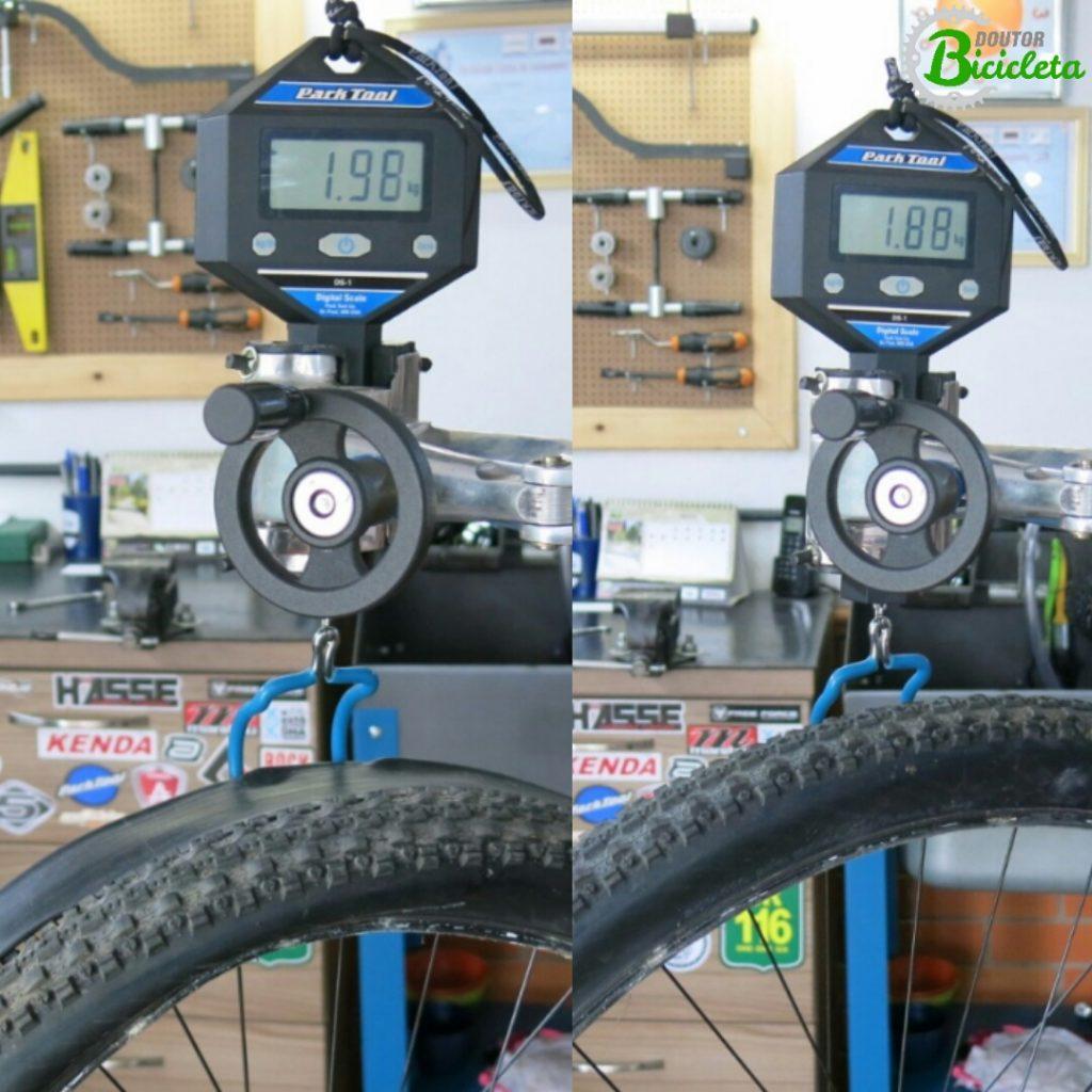 Redução de peso da roda tubeless é considerável, principalmente somado à redução de peso de outros componentes da bike. Exemplo na imagem: à esquerda, aro, câmara e pneu. À direita, aro, pneu, selante e válvula.