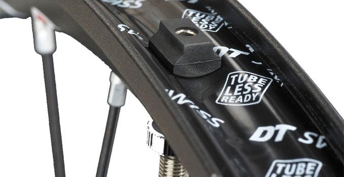 Detalhe do aro tubeless com a válvula especial e fita para vedar os furos de fixação dos raios.
