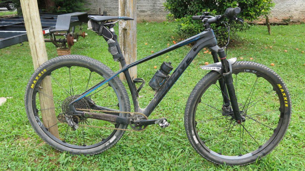Bicicleta teve transmissão, rodas e guidão modificados.