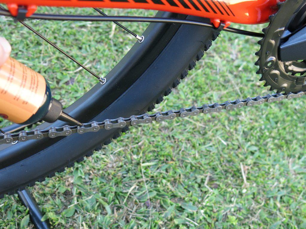 Forma correta de lubrificar a corrente: uma gota por elo na parte interna para que o lubrificante seja distribuído pelos outros componentes da transmissão.