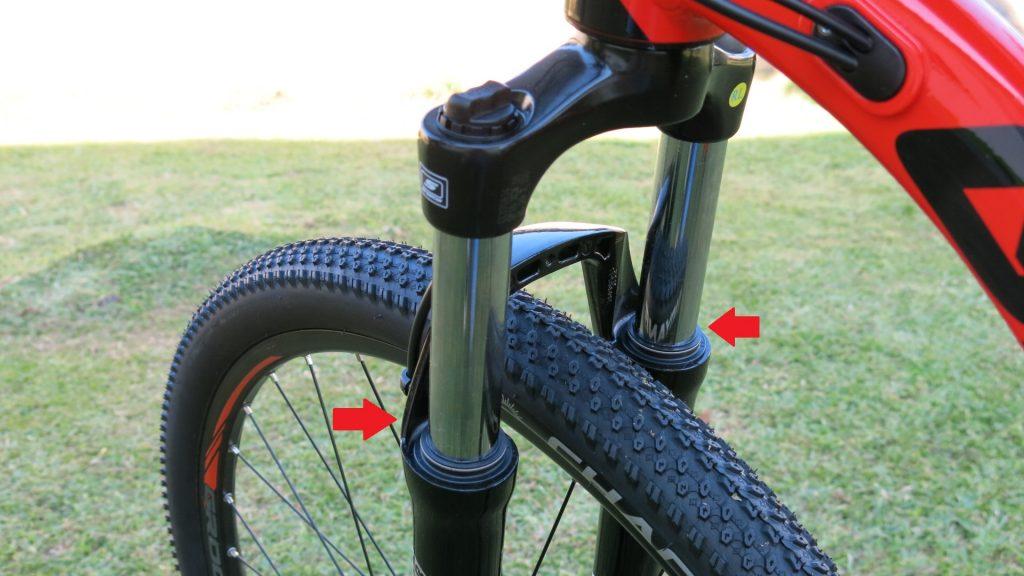 É importante atentar-se ao acúmulo de sujeira em torno das hastes, as quais podem penetrar na parte interna da suspensão, danificando-a.
