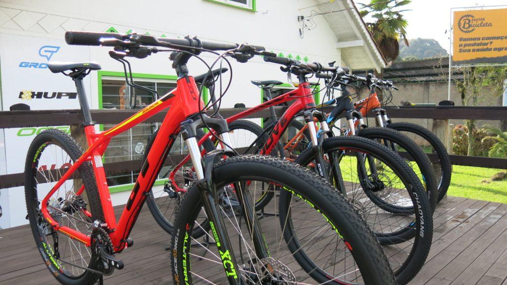 São varias opções de bicicletas até 5000; modelos possuem componentes intermediários.