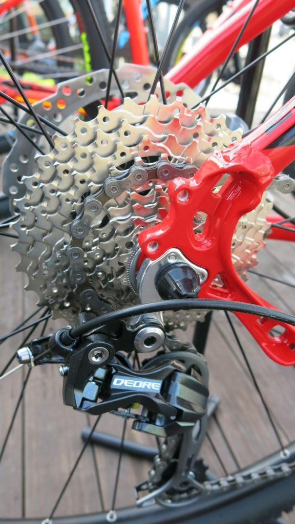 Bicicletas intermediárias possuem transmissões com componentes mais leves, de funcionamento mais avançado e com maior número de velocidades se comparadas aos modelos de entrada.